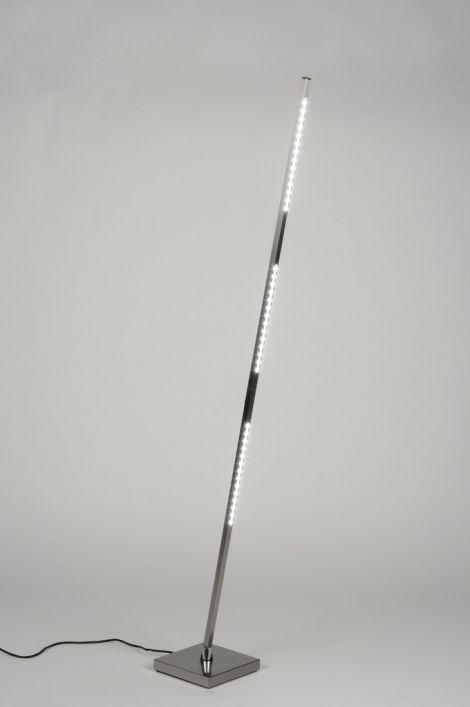 ingebouwd LED [LED] Less is more! Deze minimalistische vloerlamp heeft een zeer slanke vormgeving en is voorzien van LED-verlichting. Het armatuur is uitgevoerd in mat geschuurd staal en is zeer compact en licht in gewicht. De lichtbalk is slechts 1,5 cm dik, en kan heen en weer gekanteld worden. De 3 led-strips produceren veel licht en zijn te dimmen met het knopje op de balk. .Home interior lights / ONLINE SHOP : click on this LINK ( http://www.rietveldlicht.nl/    )