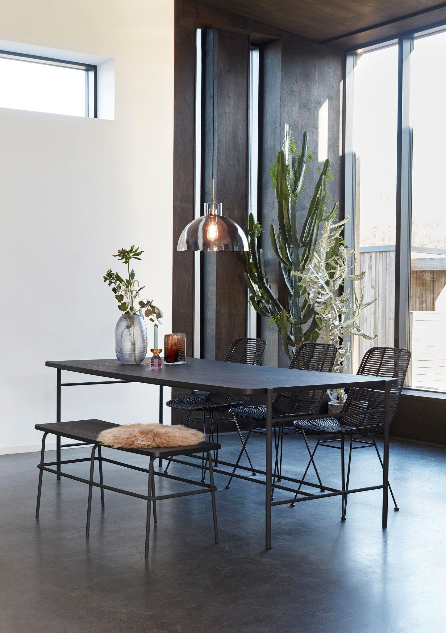 Salle à manger design #salleamangercocooning A la fois élément déco et siège multiple, le banc offre une atmosphère toute particulière à table, comme une réminiscence de nos années d'école. Une jolie façon d'aménager la convivialité et la complicité autour de sa table à manger.   #style #fashion #design #homedesign #interiordesign #decor #homedecor #livingroomdecor #scandinavian #homesweethome #luxury #architecturephotography  #elegance #cocooning #sofabed #architect #archite #salleamangercocooning