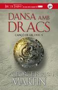 Alest, la Daenerys, la darrera esciona de la Casa Targaryen, els dracs de la qual han assolit una monstruosa maduresa, governa com a reina duna ciutat erigida sobre la pols i la mort, assetjada pels enemics.Ara que sha descobert el seu parador, són molts els que han sortit a lencalç de la Daenerys i els seus dracs. Entre el ...