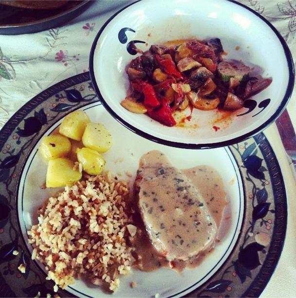 Ensalada en Medellín con verduras calientes y lomo de cerdo al estragón. Todo casero y para el plato.