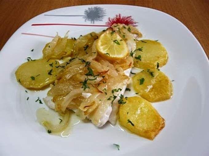 Merluza encebollada al horno receta recetas bajas - Cocinar merluza al horno ...