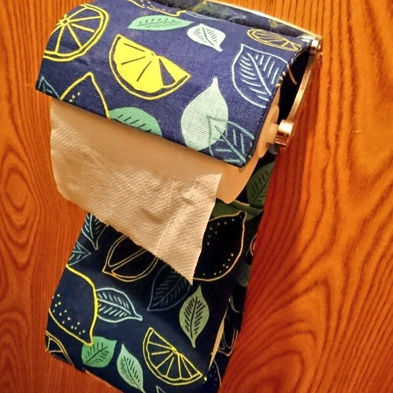 100円ショップの手ぬぐいリメイク トイレットペーパーホルダーの作り方をご紹介します コスパ抜群 直線縫いだけで作れるのでとっても簡単 トイレインテリアに合わせて好きな柄で作ってみてくださいね 100均 手ぬぐい トイレットペーパーホルダー 作り方