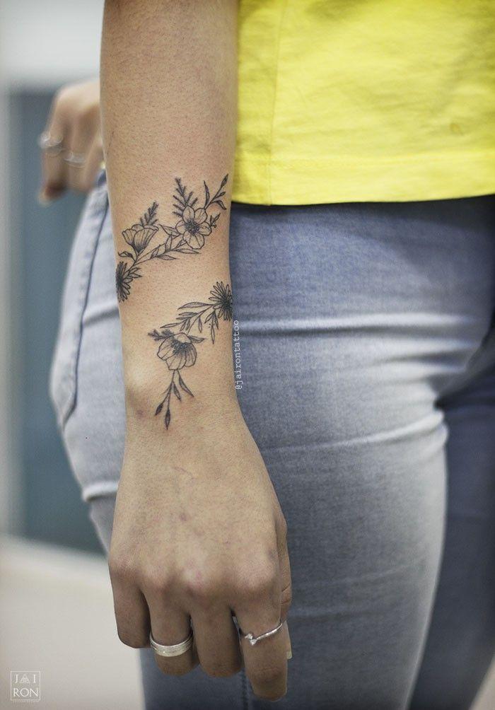 tatuagem de bracelete com flores ornamentais | tatouages végétaux