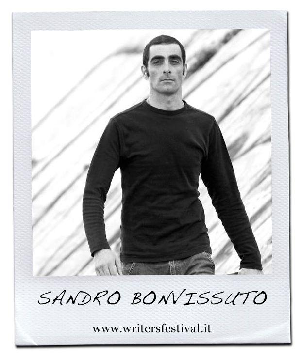 Sandro Bonvissuto ha quarantadue anni e vive a Roma. Fa il cameriere in un'osteria ed è laureato in filosofia. Alcuni suoi racconti sono stati raccolti in un libro (Nostalgia del vento, Amaranta editrice 2010) che per varie traversie non ha avuto distribuzione. Nel 2012 Einaudi ha pubblicato Dentro.