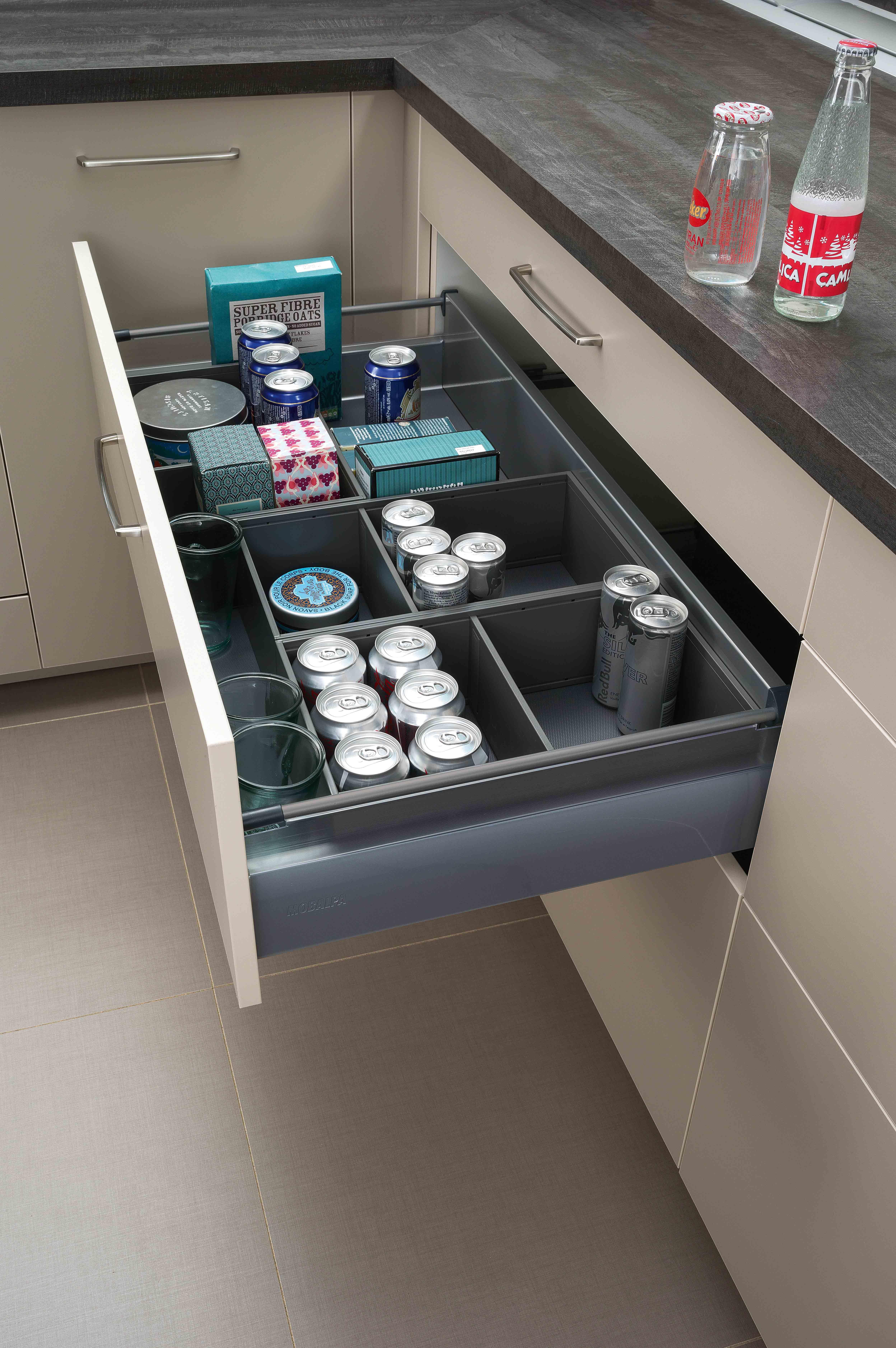 un tiroir coulissant 100 ergonomique et si pratique rangement amenagement cuisine ipractis meubles de rangement mobilier de salon rangement