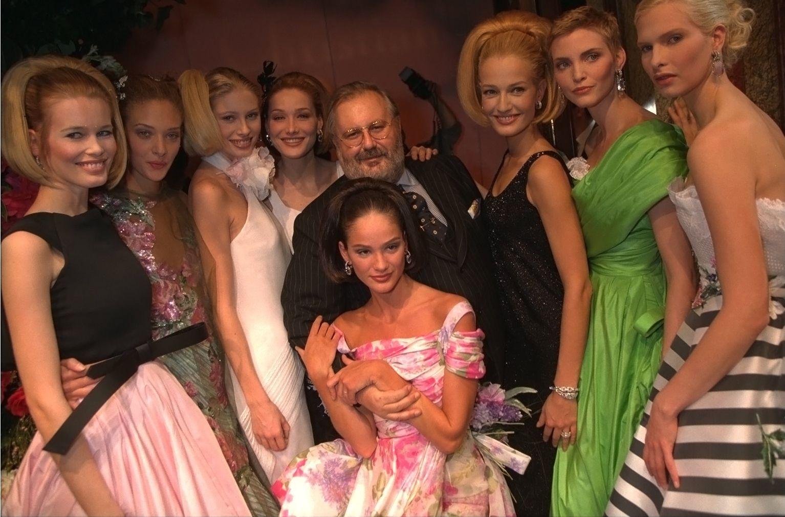 1996 Gianfranco Ferré circondato dalle sue top-model Claudia Schiffer,Karen Mulder; Kirsty Hume Carla Bruni accanto allo stilista e Nadja Auermann