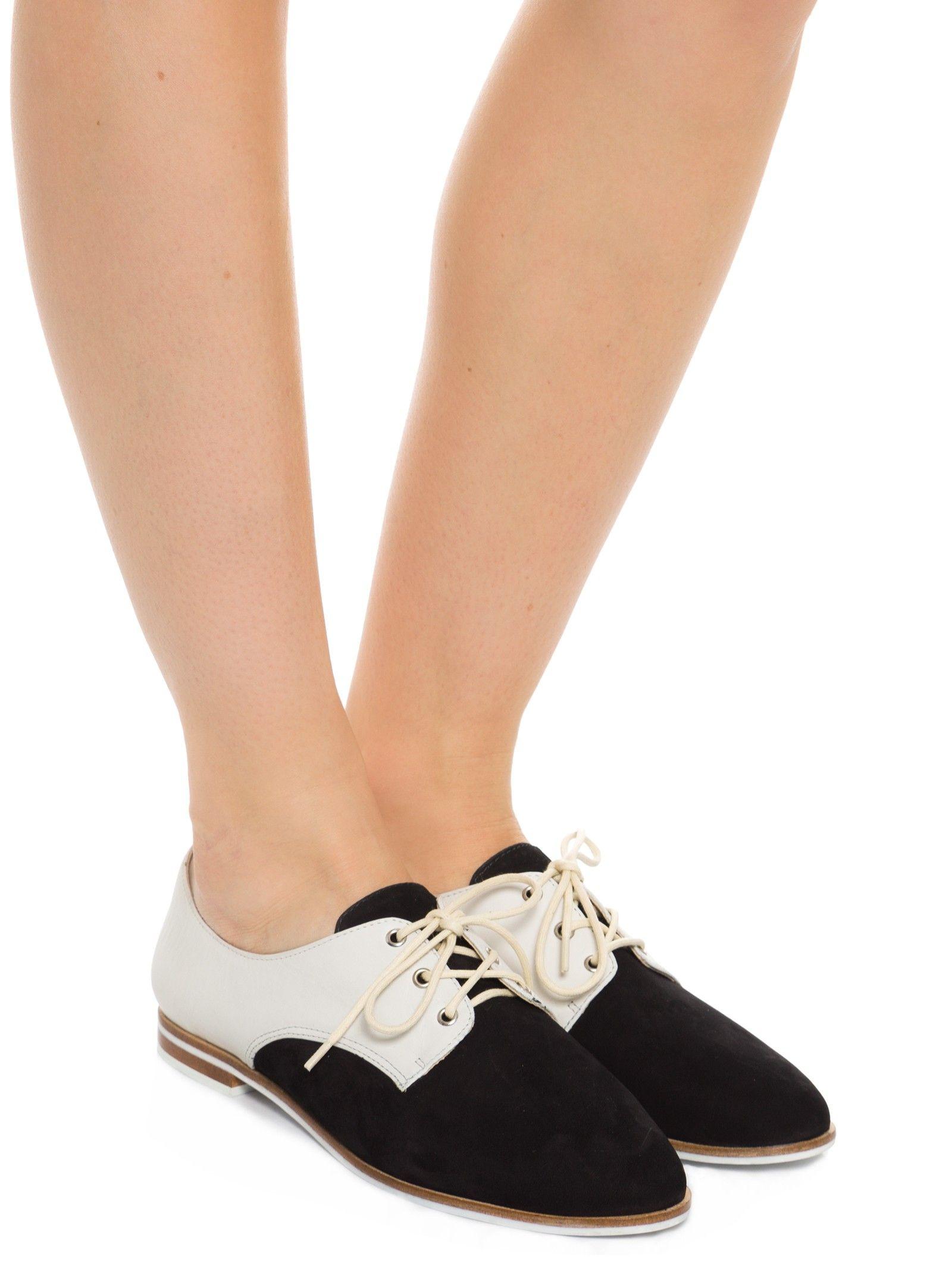 d88d21f585d Sapato Fechado Salto Rasteiro Nobuck - Schutz - Preto e Branco - Shop2gether