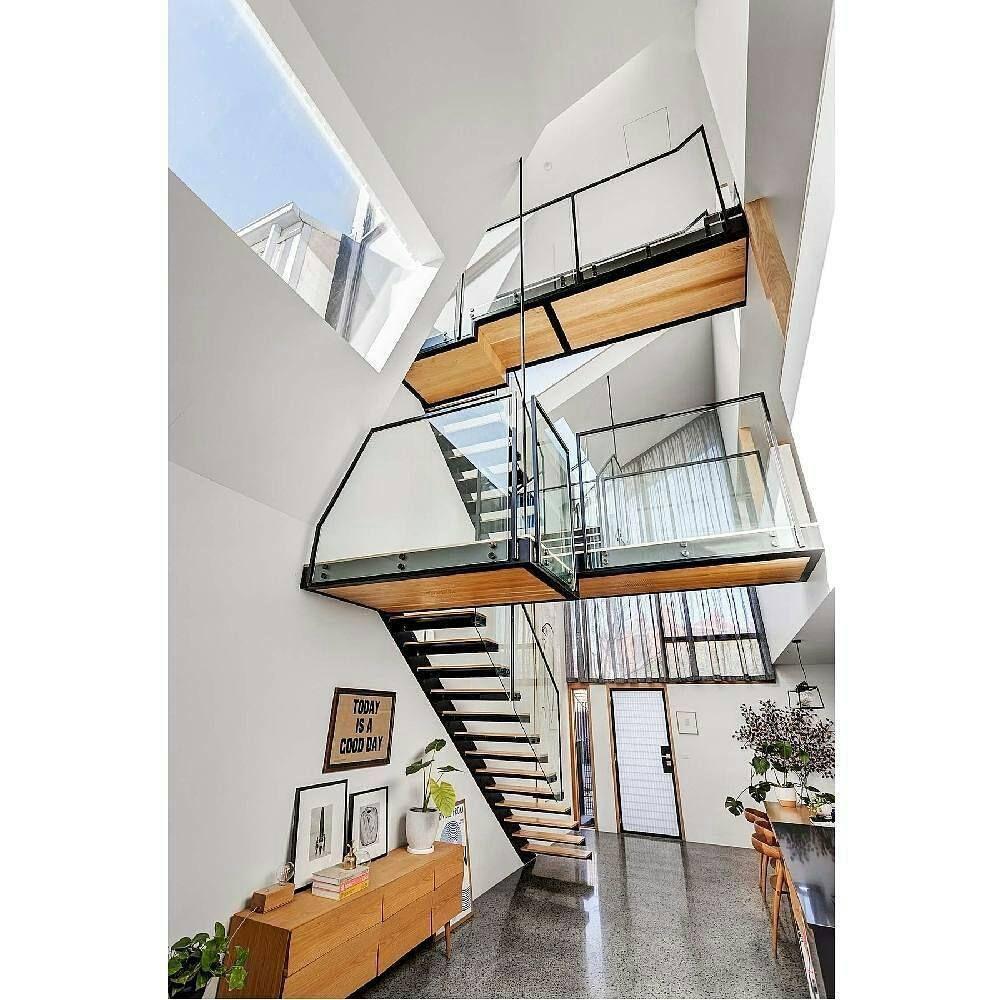 高さのある天井に設置される階段は魅力的です ステンレス階段 手摺り