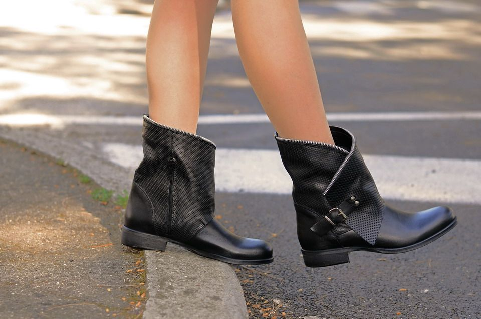 0b7c560461 Stivaletti Donna Traforati Biker Boots in Pelle Neri | Outfit ...