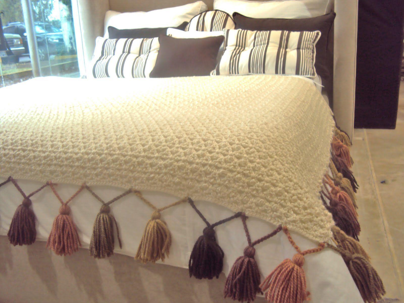 Pie de cama borlas de la tierra tejidos pinterest for Cubrepies de cama