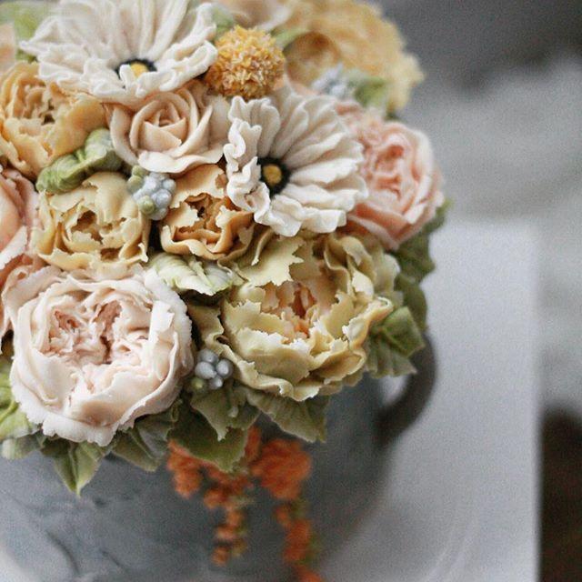 꽃요일꽃모닝❤️ 가을비가 씻어준 덕에 아침 공기가 깨끗 주말에도 열심히 꽃을 피워볼까요~ 4th,master class white bean cream flower cake . 11월 모집중 . student's work. . #플라워케이크 #플라워케익 #버터크림플라워케이크 #버터크림 #flowercake #앙금플라워케익 #케이크 #꽃 #꽃스타그램 #花 #韓式唧花 #甜品 #ricecake #플로리아케이크 #더플로리아 #thefloria #floria #플로리아 #앙금오브제 #앙금플라워 #豆沙  #韩国豆沙花 #韩式豆沙花 #豆沙花 #korearicecake #koreanbuttercreamflower #케익스타그램 #작약 #beancream #buttercream. Kakaotalk/LINE/WeChat. ID:floriacake/ thefloria . [모든 디자인의 권리는 THE: FLORIA에 있으며, 저작권자 허락 없는 저작물 이용은 저작권 침해로서 법적 책임이 따...