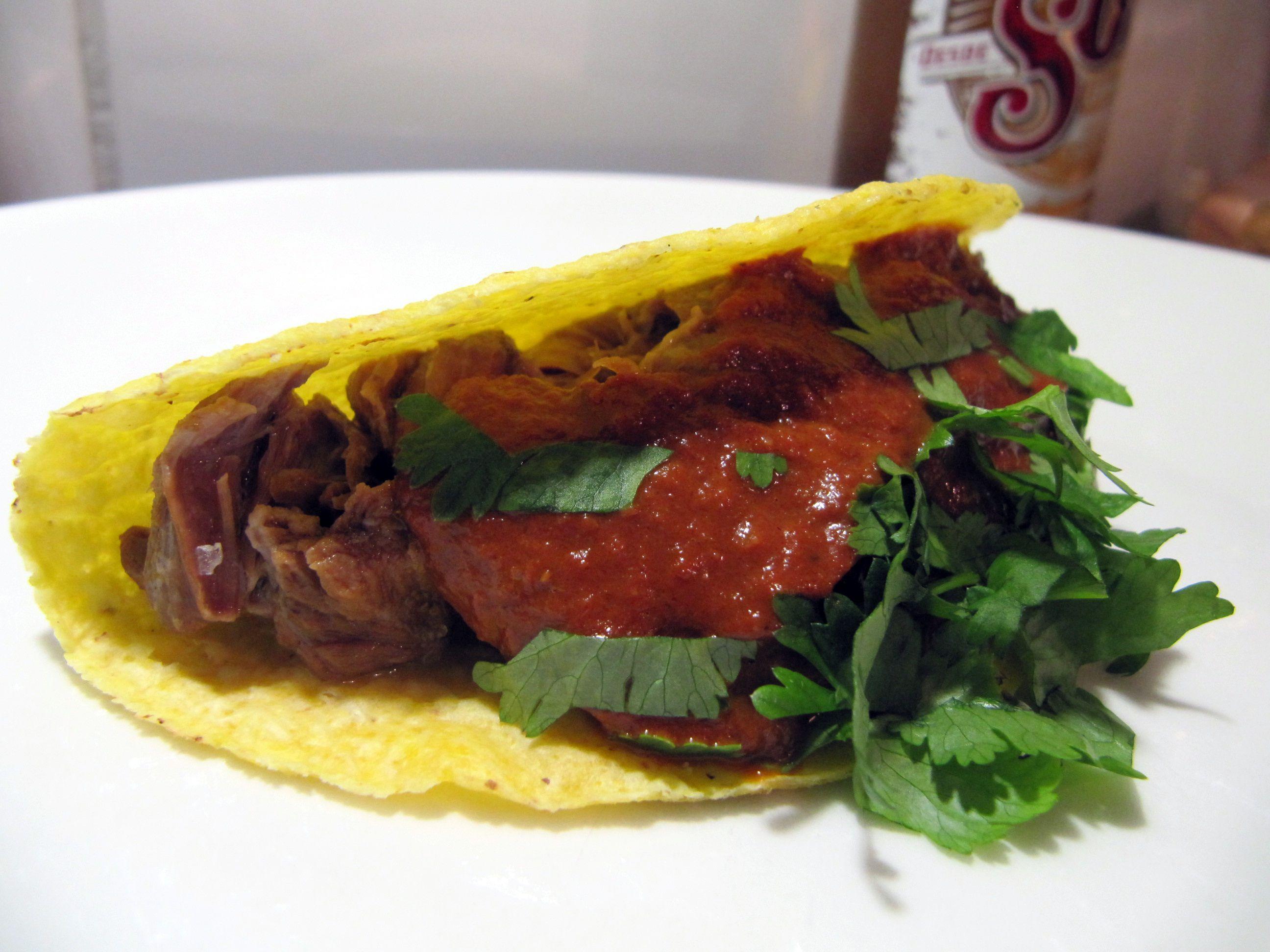 mole ja oluessa haudutettu possunposki taco