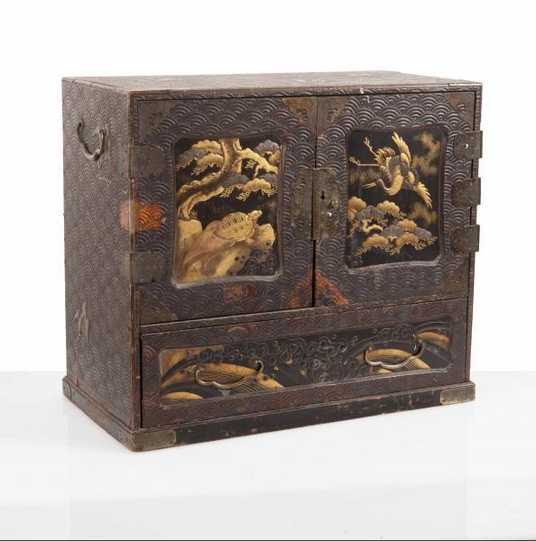 Petit Cabinet En Laque Japon Debut Du Xxeme Siecle A Deux Portes S Ouvrant Art D Asie A Leclere Maison De Ventes Meubles Japonais Japon Art Japonais