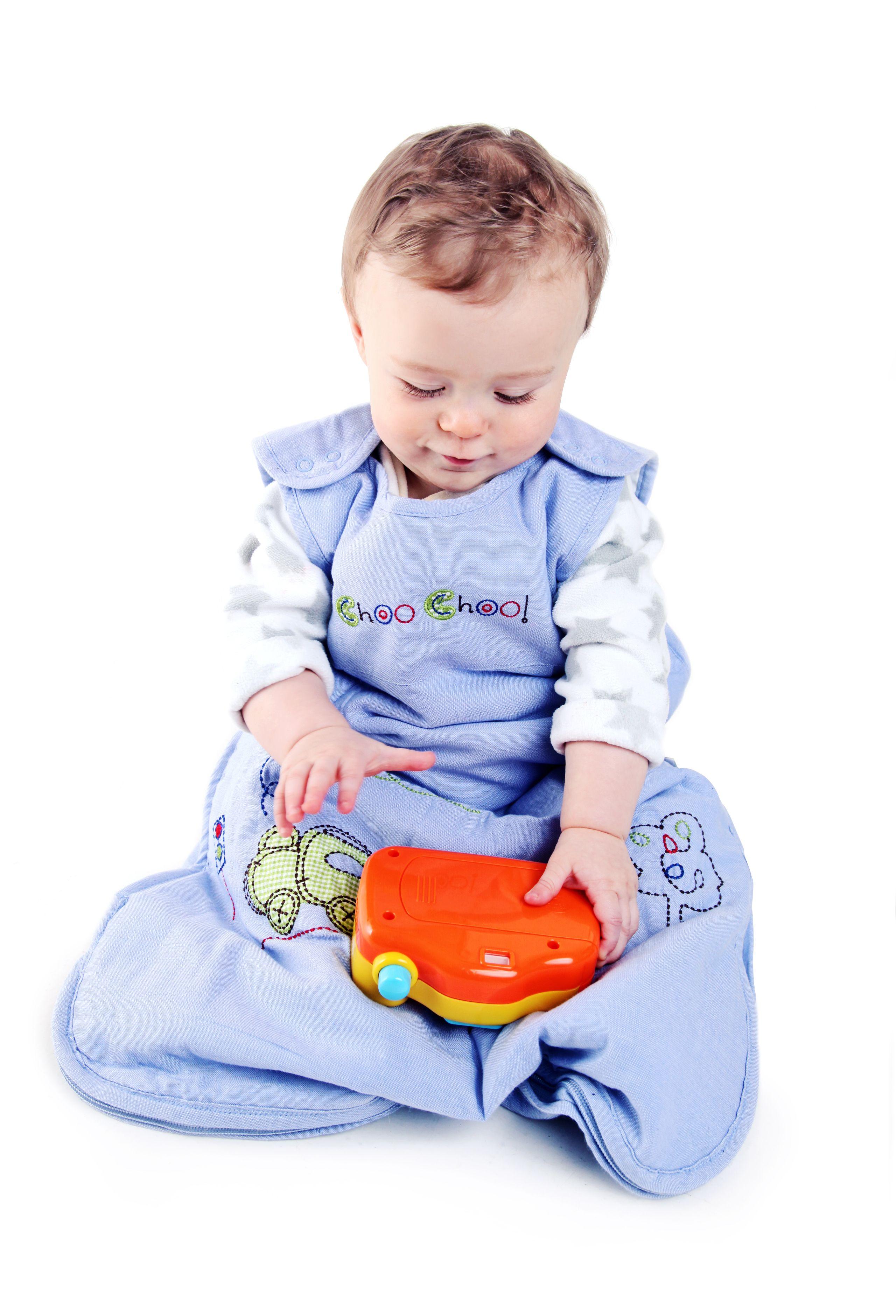 """""""CHOO, CHOO, ZUG"""" - Schlummersack Babyschlafsack Zug.  Schon kleine Jungs lieben Züge. Unser kuschelig weicher Schlafsack Choo, Choo Zug aus blauem 100% Chambray Baumwollstoff ist schön bestickt mit einem Zug und dem Wort 'Choo Choo' auf der Brust. Das Innenfutter ist auch aus 100% Baumwolle. Wattiert sind die Schlafsäcke mit weichem Polyester Fleece. In vier Größen erhältlich auf www.schlummersack.de"""