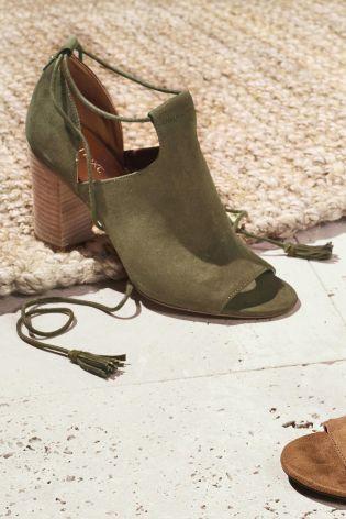 With khaki and tassels both ruling the catwalks this season, new shoes trends.