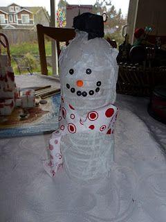 9dd5d6f79d011 Muñeco de Nieve con botella de plástico  reciclaje  manualidad