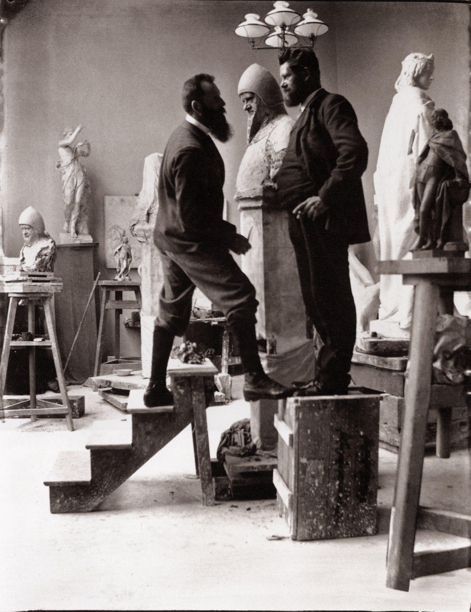 Zille, Heinrich: Künstlerkollegen und Ateliers, Heinrich Zille steht August Kraus Modell für die Büste des Wedigo von Plotho