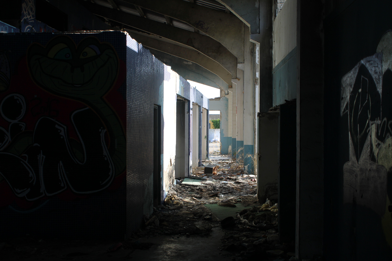 pasillo lateral lleno de basura y escombros