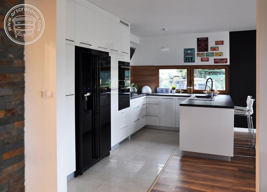 Biel Czern I Drewno Czy Moze Byc Bardziej Naturalne Polaczenie Kuchnia Wyposazenie Inspiracje Design Aranzacja Kitchen Kitchen Cabinets Home Decor
