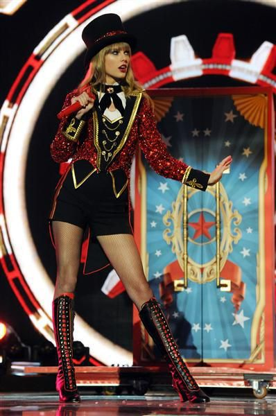 Taylor Swift S Best Performance Looks Taylor Swift Red Taylor Swift Red Tour Taylor Swift Style