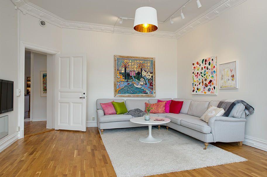 Törtfehér falak, olajozott tömör tölgy padló és dekoráció
