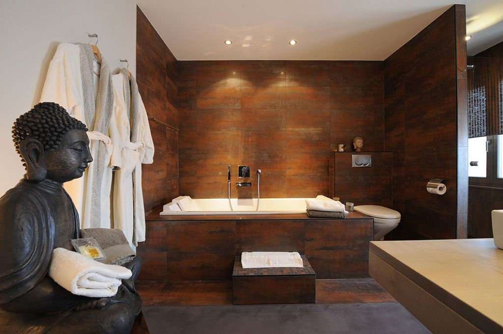 Zen Bathroom With Wooden Wall Cladding And Buddha Statue Spa V Vannoj Roskoshnye Vannye Komnaty Vannaya Stil