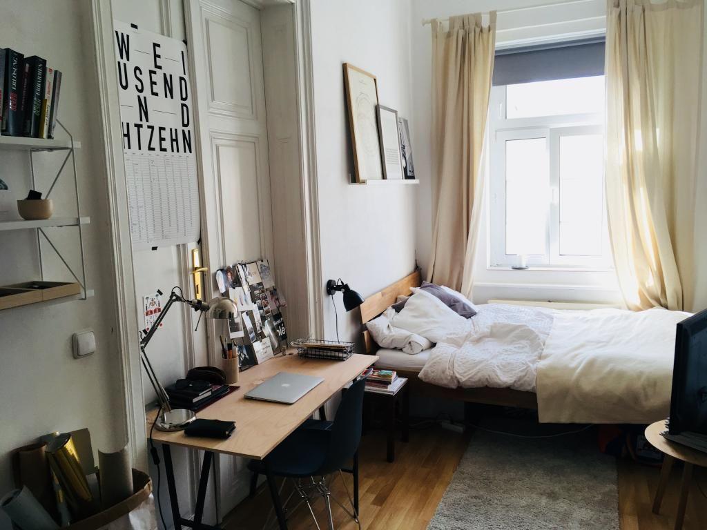 Wg Zimmer In Schoner Heller Altbauwohnung In Wien Mit Schreibtisch Bett Regal Und Grossem Fenster Einrichtungsidee Interio Wohnung Wg Zimmer Altbau Zimmer