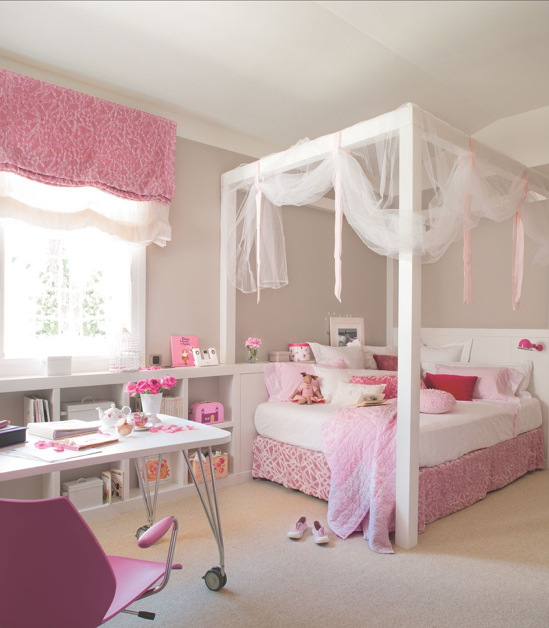 Dormitorio juvenil en rosa y blanco con cama con dosel y for Cuartos para ninas grandes