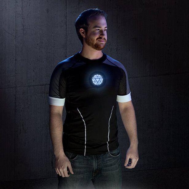 4362cdfdff403 Playera de Tony Stark en Iron Man 3 con Arc Reactor con LEDs