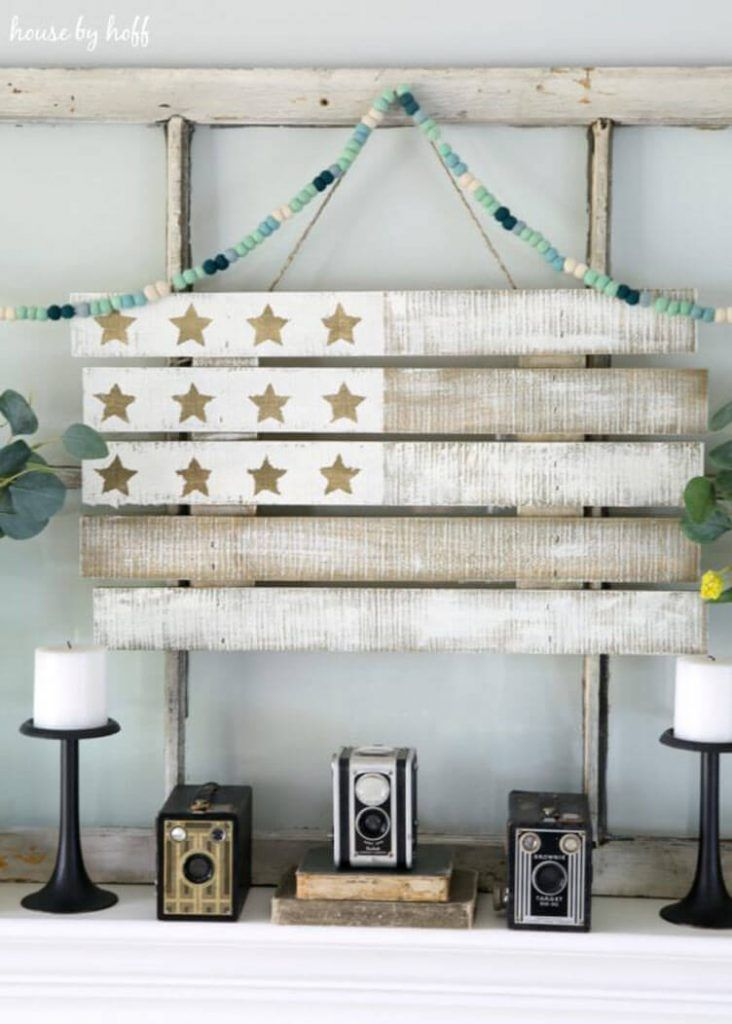 Have you ever worked with pallet wood before? Here are some ideas to get the pallet ball rolling and use this wood in your next DIY home project. #americanfarmhousestyle #palletwood #palletboard #DIY #flag #america