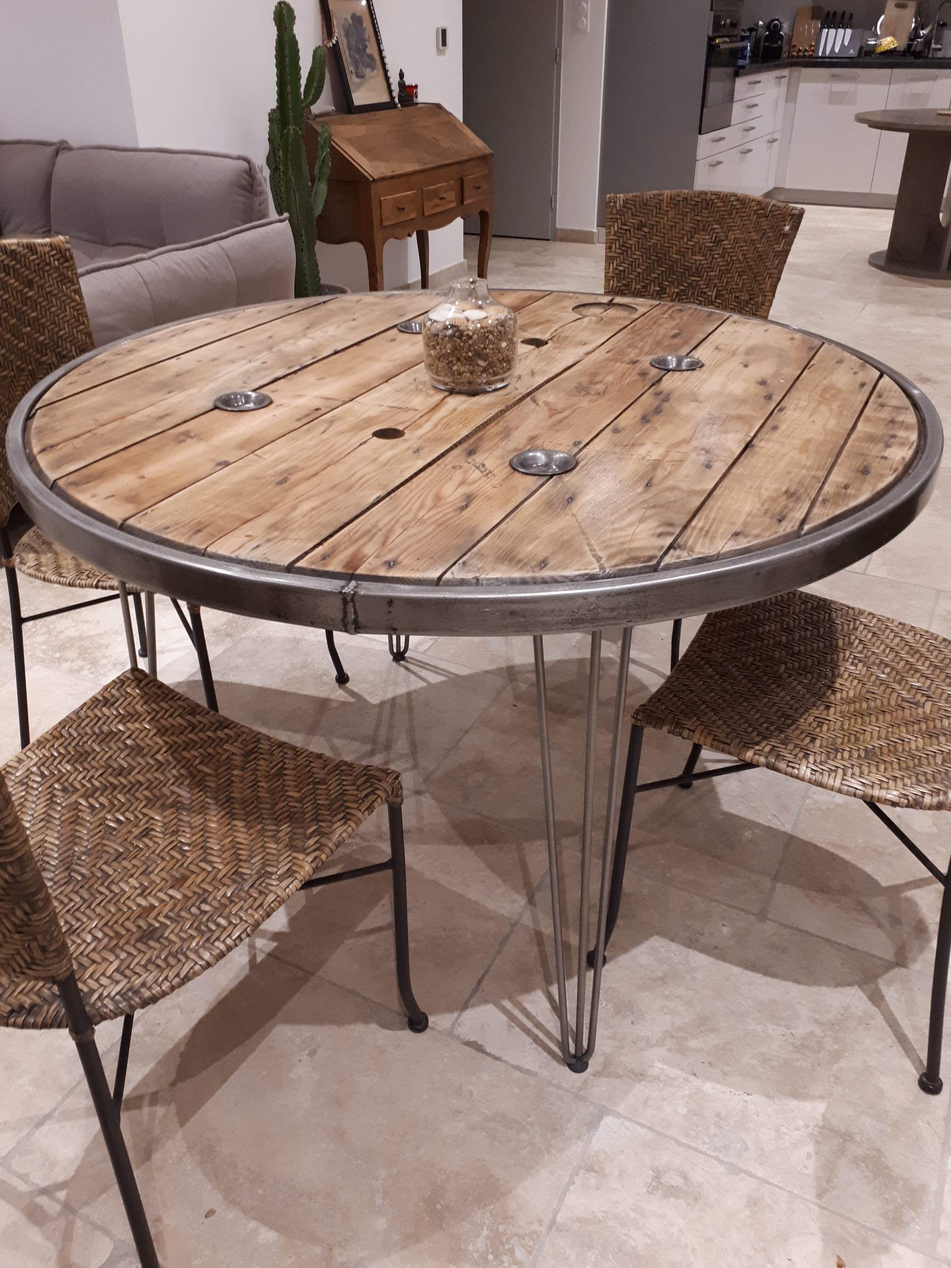 Cette Table De Salon A Ete Realisee A Partir D Un Touret Cercle Une Belle Table Prete A Accueillir Table A Manger Industriel Table De Salon Mobilier De Salon