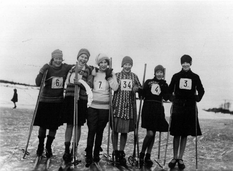 Hiihtokilpailuun osallistujia Vantaanjoen jäällä Pukinmäessä 1930-luvulla. Kuva: Helsingin kaupunginmuseo.
