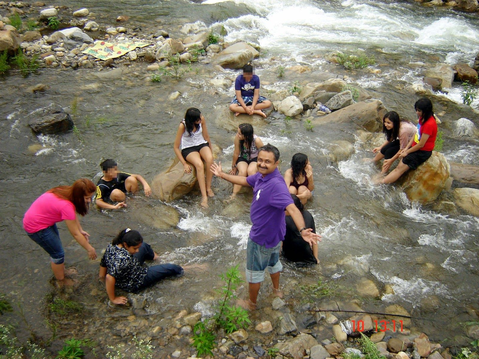Indian Hot Tourist Girls Group Bathing In River Photos -5582