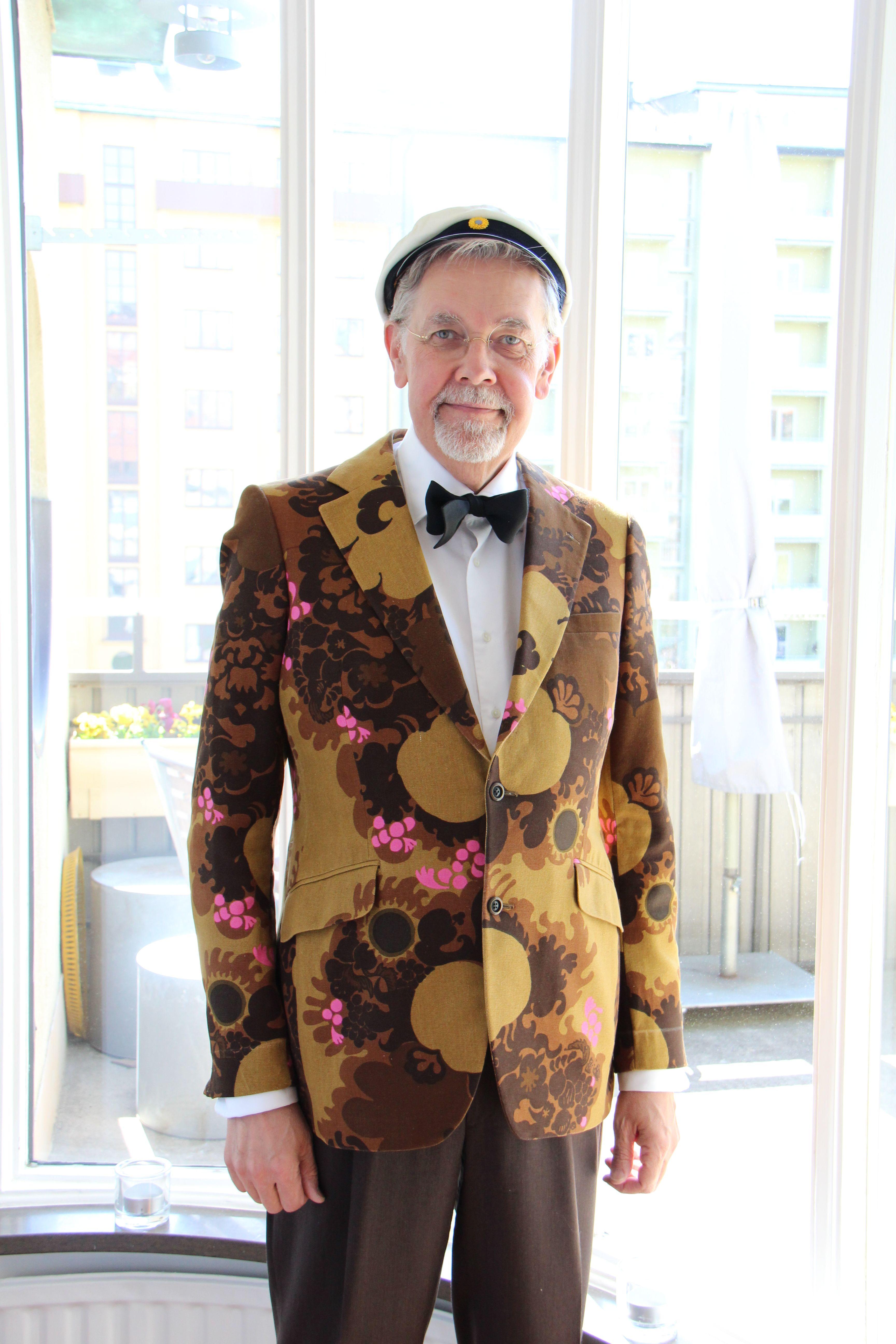 Min studentkavaj från 1970, dvs 42 år sedan. Tyget heter Pompelmona och är designat av Sven Fristedt, Borås väveri. Sen sydde Gulins upp kavajen på beställning. Notera omsorgen i detaljarbetet, kolla ficklockens mönsterpassning. Skräddaren måste ha tyckt att det var ett kul och udda uppdrag. #Ingemar Albertsson