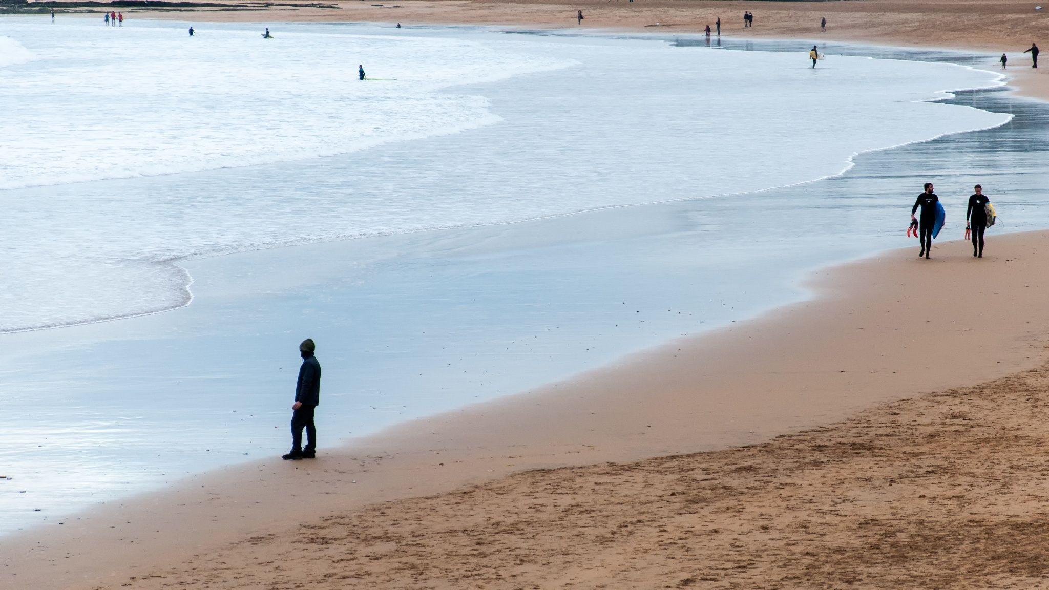 Playa con figuras by Juan Luis Nepomuceno