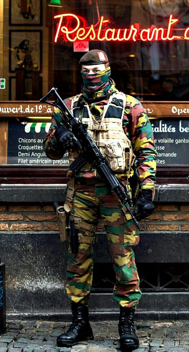 belgian soldier with his fn fnc law and order militaire arm e fran aise et mercenaire. Black Bedroom Furniture Sets. Home Design Ideas