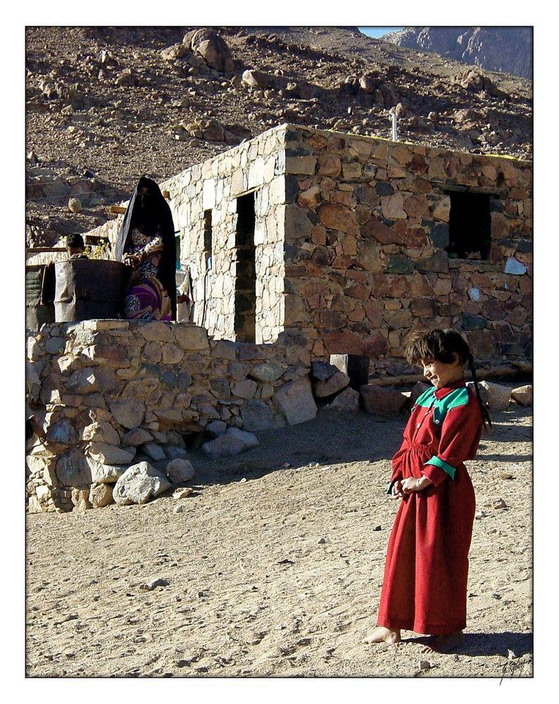 Letzte Rast nach etlichen Bike-Kilometer in einer kleinen Siedlung am   Mosesberg.  Sinai Desert, Egypt.