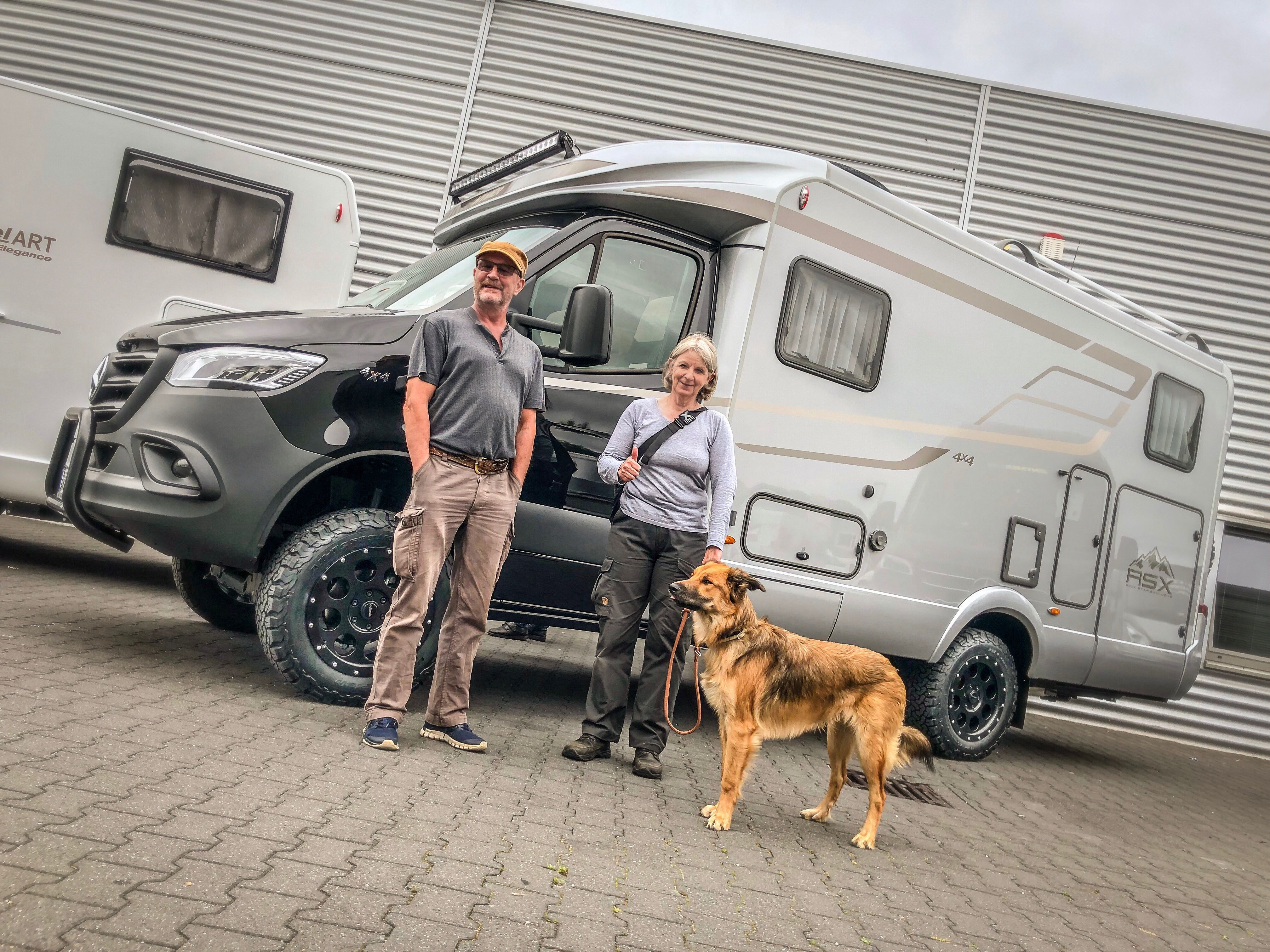 Couple with dog  Reisemobil, Caravan, Wohnmobil