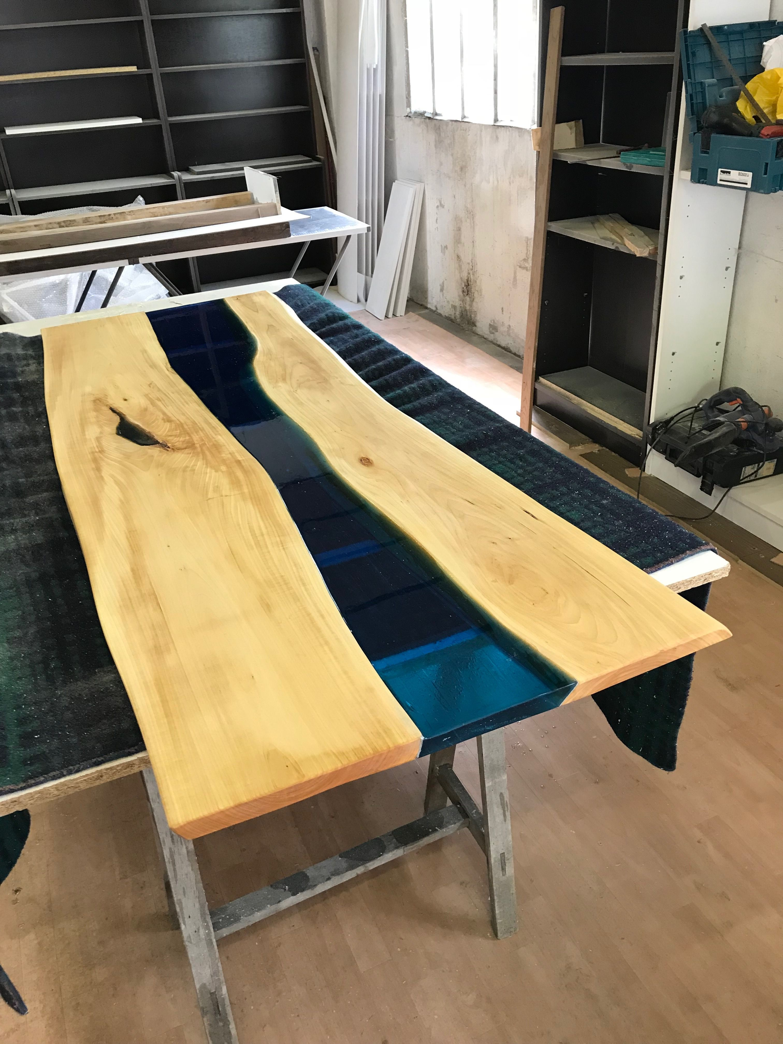 Meuble Avec Resine Epoxy plateau de table / r�sine �poxy / tilleul teint� avec huile