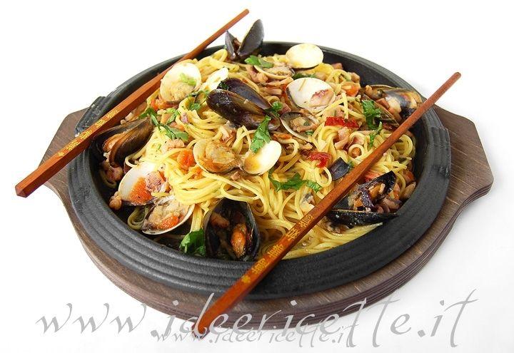 Ricetta spaghetti ai frutti di mare alla piastra cucina for Decorazioni piatti gourmet