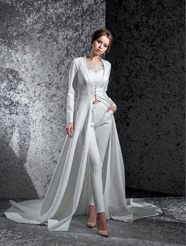 1cb7aa24aa815f5 Эксцентричный свадебный костюм с фактурными брюками и кардиганом с длинным  рукавом и шлейфом.
