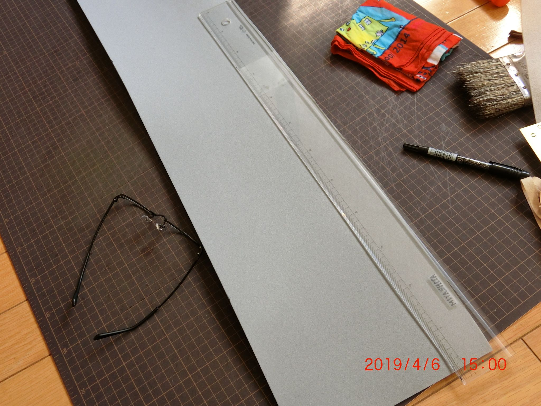 鋼板ゆえにハンドルをつかんだり ロックを解除したりするだびに 結構 ガチャガチャとうるさい モノの出し入れもきっとうるさいだろうから 底板を入れる 硬めのウレタンをカット 鋼板 うるさい ガチャガチャ