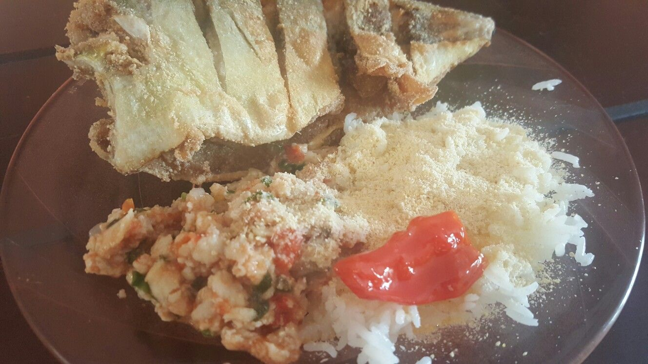 Peixe frito com caldo de peixe e pimenta Bhut Jolokia em conserva