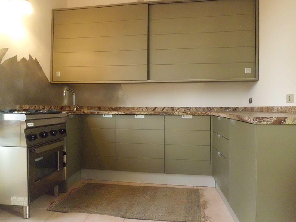 Cucina con struttura in legno satinato, particolare para schizzi ...