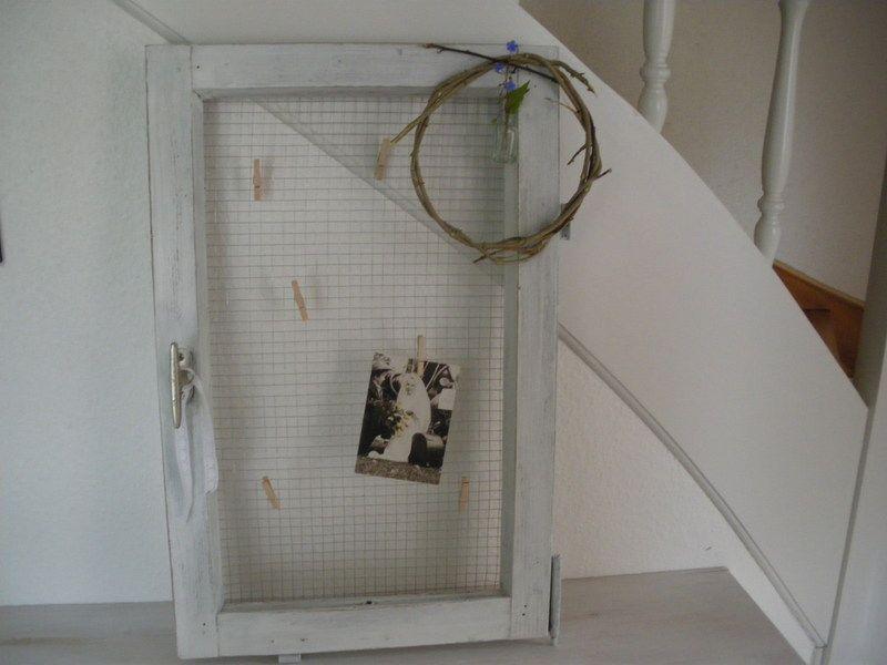 ein wundersch nes altes holzfenster mit deko hier habe ich ein altes fenster wei angemalt. Black Bedroom Furniture Sets. Home Design Ideas