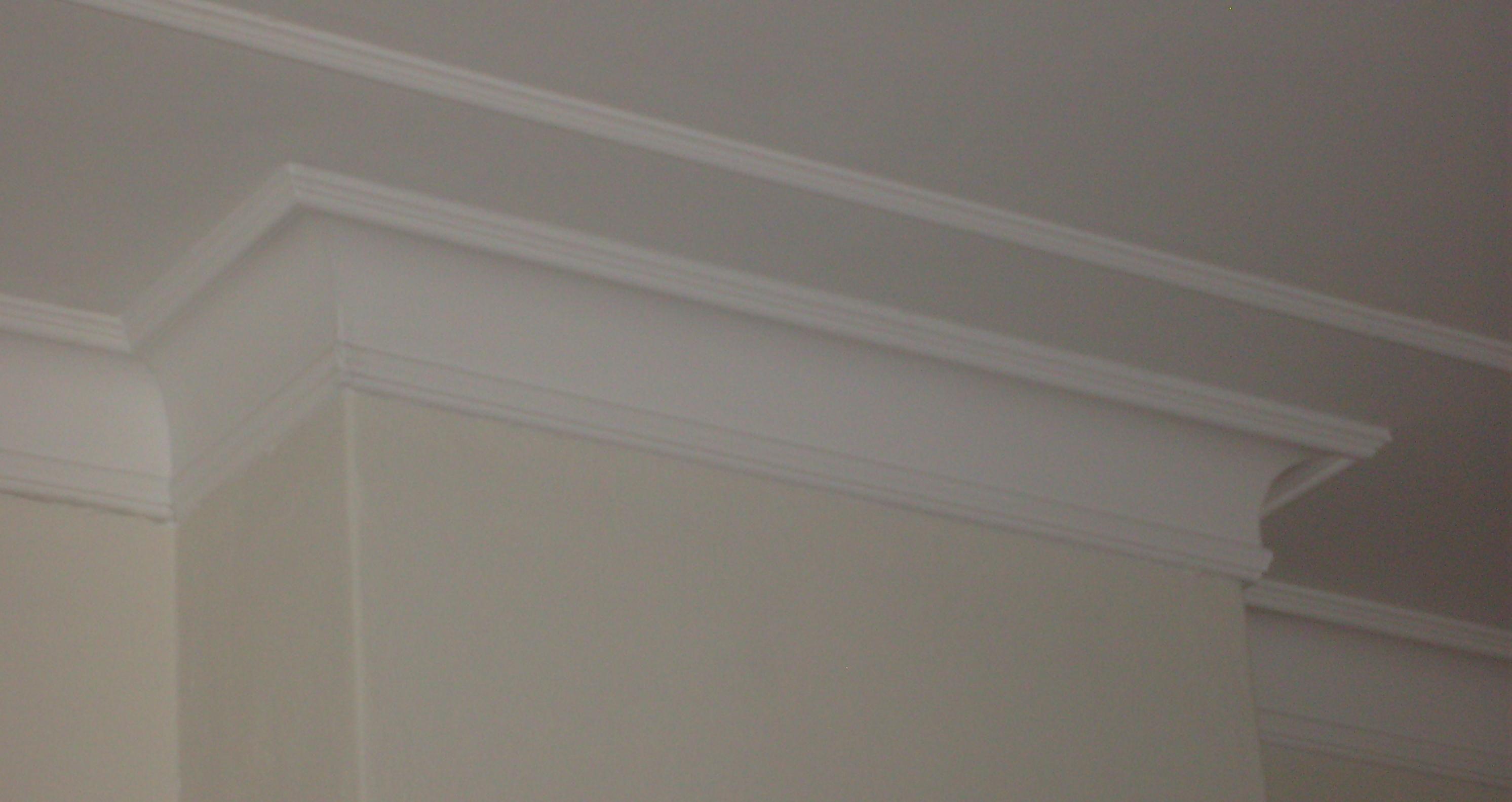 Ideeen Hoge Muur : Plafond idee hoge lijst aan de muur door laten lopen over het