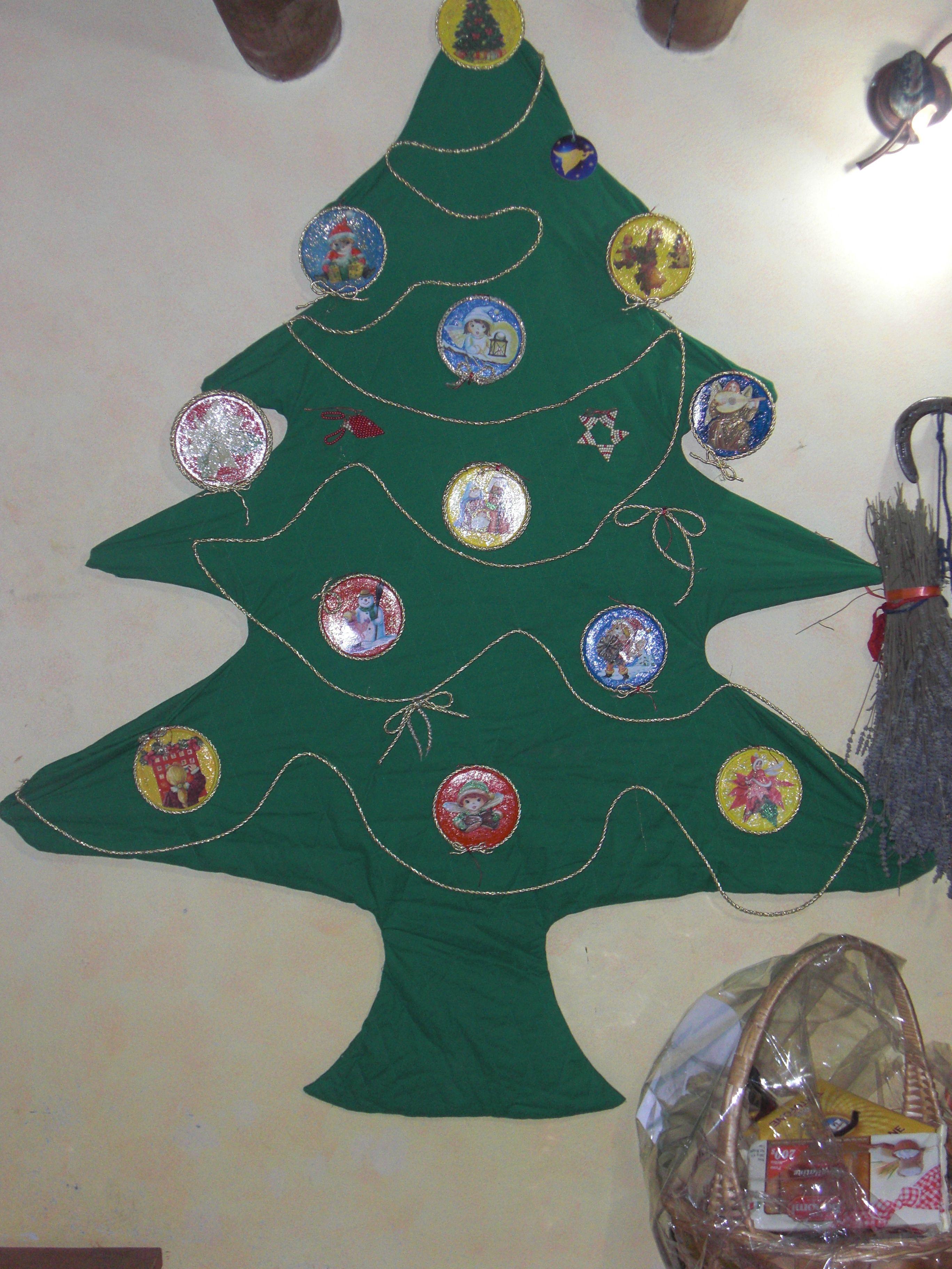 albero di natale slim fatto con stoffa verde e palline fatte a decoupage su tappi del mascarpone