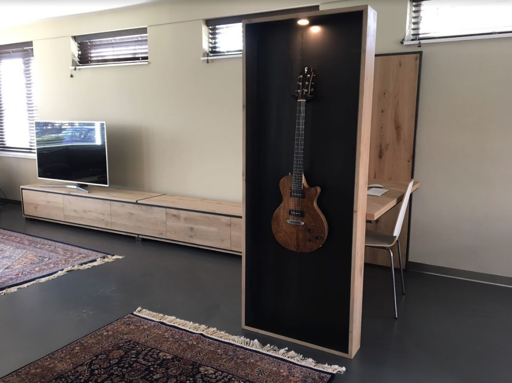 Tv meubel bureau en presentatiekast voor gitaar samengevoegd