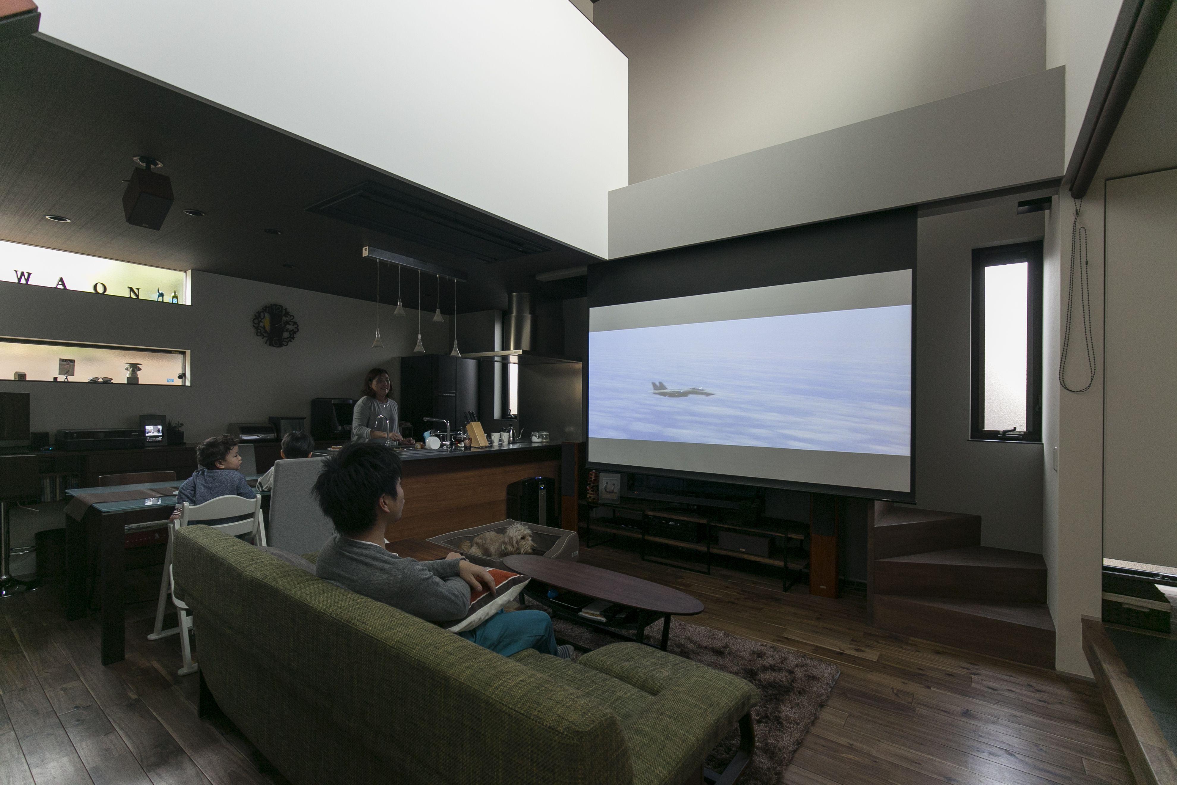 リビングが映画館に変わる スクリーンとプロジェクターを上手に隠して 普段はオシャレなリビング空間として使えます