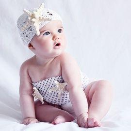 Para nuestras niñas más especiales no te pierdas este original disfraz de sirena. Su top de crochet blanco con dos estrella de mar naturales y gorro de ganchillo con estrella grande, es el disfraz ideal para las sesiones de fotos más veraniegas con tu pequeña.
